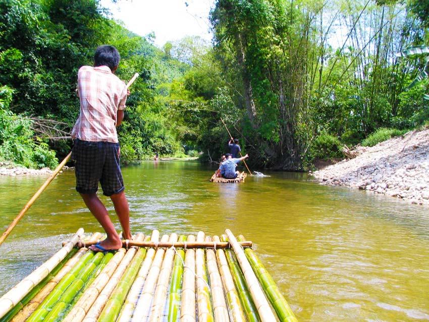 Сплав на бамбуковом плоту по реке