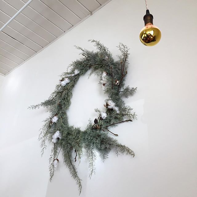 Love this wreath. 🖤 #juniper #cotton #wreath #icu_architecture #jj_architecture #creative_architecture #arkiromantix #tv_architectural #archimasters #excellent_structure #arquitecturamx #diagonal_symmetry #lookingup_architecture #unlimitedcities #architecture_greatshots  #portland #pdxnow #pdx #travelportland #portlandnw #iphoneography #iphoneonly #iphonesia #iphoneography #iphonephotography