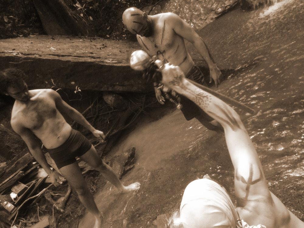 Vierailimme helmikuussa Cuiabassa, Mato Grossossa (Brasilia). Siellä toteutimme viikon Teatro Ritualistico -työpajan yhteistyössä Todellisuuden tutkimuskeskuksen, Taideyliopiston Teatterikorkeakoulun ja Mato Grosson Escola de Teatron kanssa. Työpaja huipentui koko illan rituaaliin Chapada dos Guimarãesin luonnonpuiston uumenissa, vesiputousluolalla. Rituaalin tekeminen keskellä viidakkoa oli mieletön kokemus. Lisää  kuvia gallerissa .