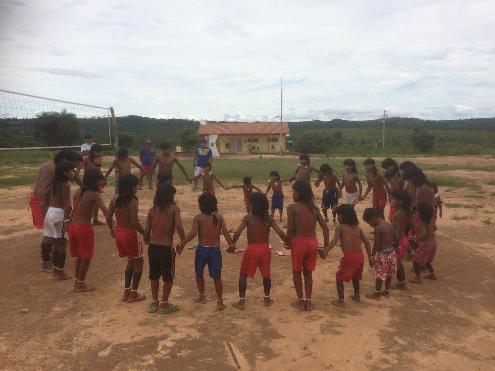 Vierailimme helmikuussa Xavante-heimon vieraana, Mato Grossossa (Brasilia). Vierailu toteutettiin yhteistyössä Todellisuuden tutkimuskeskuksen, Taideyliopiston Teatterikorkeakoulun ja Mato Grosson Escola de Teatron opiskelijoiden kanssa kanssa. Tutustuimme paikan päällä alkuperäiskansan yhä elävään rituaaliperinteeseen ja teimme myös yhdessä oman rituaalin heimon kanssa. Lisää  kuvia galleriassa .