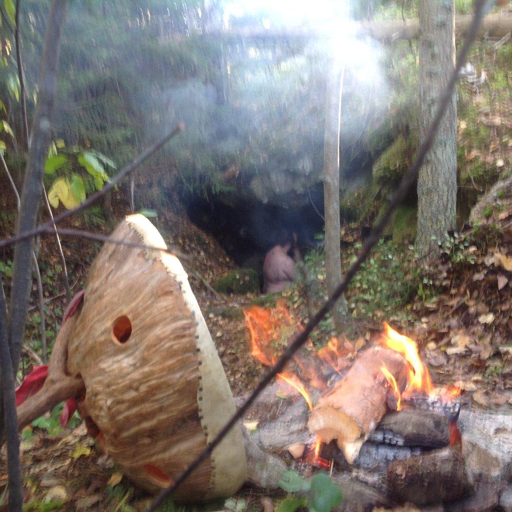 Saimme vihdoin, liian pitkän tauon jälkeen, pidettyä viikon rituaalipiirin tanskalaisen  hello!earth  -ryhmän kanssa. Saimme ensin vihittyä rituaalikäyttöön oman talon sepän pajan, josta tulikin oikein hieno rituaalitila (hämärä kuva). Seuraavina päivinä teimme useita unohtumattomia rituaaleja Sipoon ja Porvoon metsissä ja luolissa.  Myös lapset olivat mukana luolassa .Matoooo!