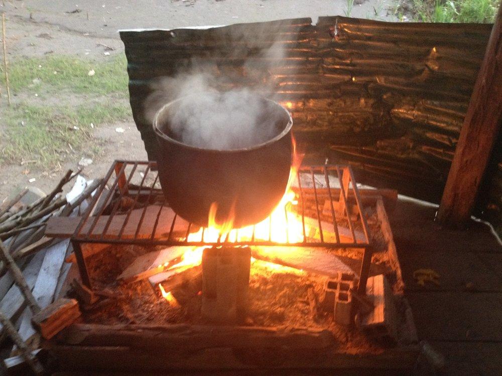 Tapasimme meille oikean shamaanin Amazon joen varressa, lähellä Iquitosta (Peru). Valmistimme yhdessä hänen opastuksellaan Ayahuasca-teetä. Yöllä viidakon pimeydessä kävimme läpi seremonian, joka oli varsin tärisyttävä kokemus.Lisää kuvia galleriassa .