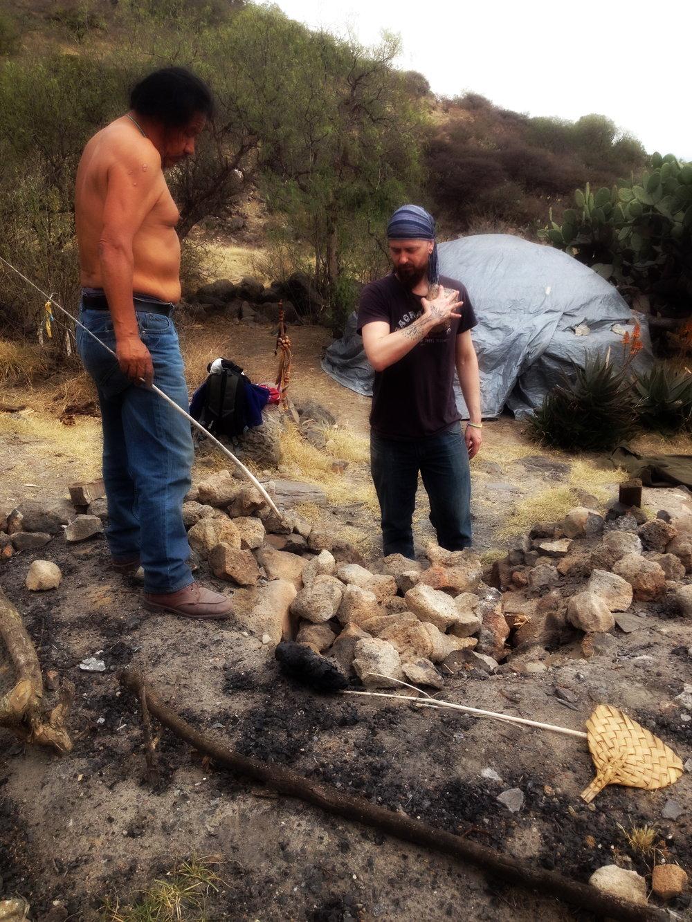 Osallistuimme N ahuatl -intiaanien näkymatka-rituaaliin Teotihuacán-vuorella (Meksiko). Proseduuriin kuului intiaanien saunan (Temazcal)lämmittäminen, rituaalivälineiden valmistelu, rituaalinen saunominen, yöpyminen vuoren rinteella, ja seuraavana päivänä istumaan vuorelle kolmeksi päiväksi. Ei ruokaa, ei juomaa. Uuuuuuh. Ei suositella kaikille. Lisää  kuvia galleriassa .