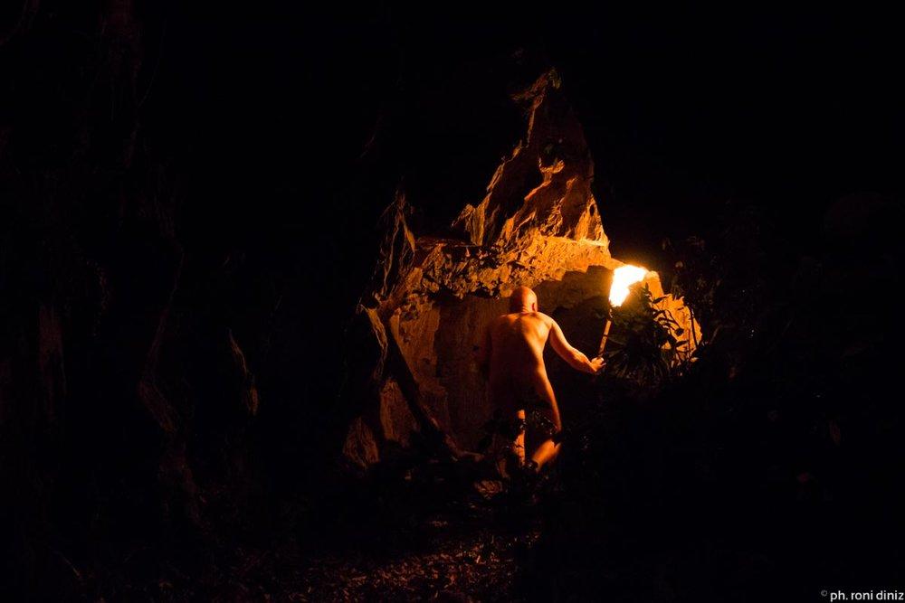Jatkoimme monivuotista tutkimustamme ja työskentelyämme rituaalin parissa Brasiliassa. Ryhmä matkusti heinäkuussa São Pauloon ja teki yhteistyössä Todellisuuden tutkimuskeskuksen ja Teatro Ritualistico de São Paulon kanssa koko yön kestävän luolarituaalin sademetsässä. Rituaaliesitys oli erittäinen onnistunut, maaginen öinen kokemus. Katsojat yksi toisensa jälkeen katosivat syvälle luolan uumeniin... Lisää kuvia galleriassa .