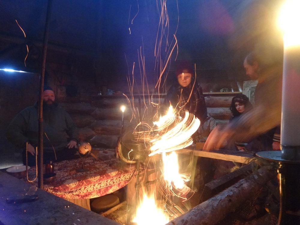 Jälleen kerran Karstussa. Tällä kertaa Teatterikorkeakoulun Consciousness and Art kurssin kanssa. Mahtava viikonloppu, jossa keskittyimme lähinnä shamanistiseen työskentelyyn. Pitkiä saunarituaaleja, tiipihommia ja paljon väkeä! Kuva Ocampo Mor'O.