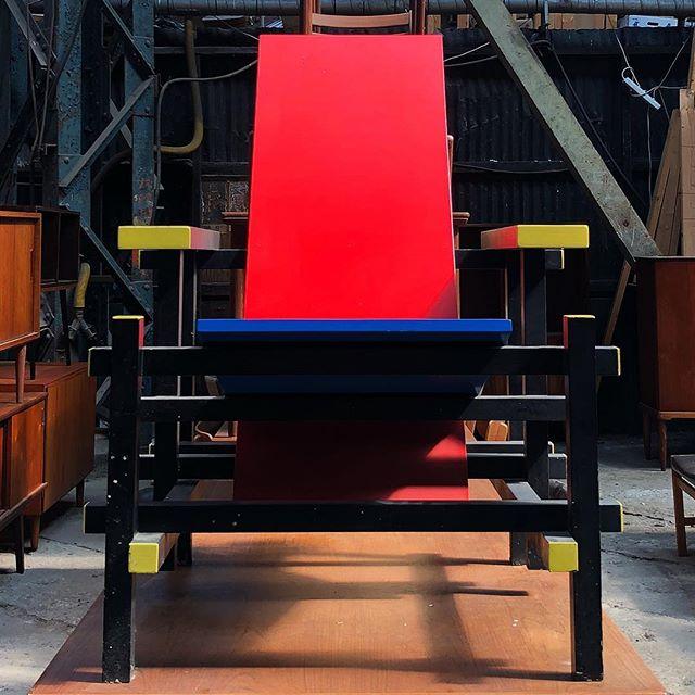 Rød stol med fylde . #copenhagen #loppemarked #fleamarket #danish #design