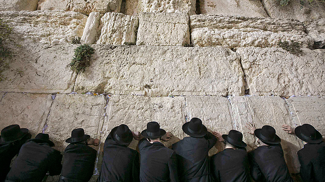 Jewish worshipers pray at the Western Wall in Jerusalem in advance of Yom Kippur. Photo: YNET News.