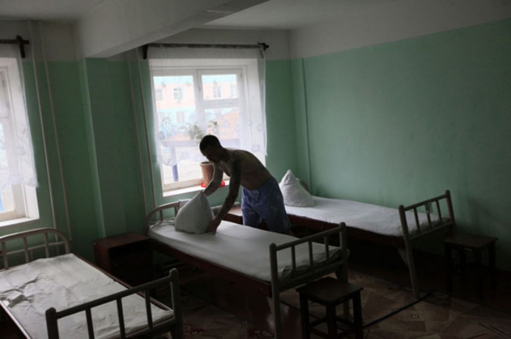A Russian prisoner makes up beds inside a high-security prison camp in Siberia in 2013. Photo: Reuters.
