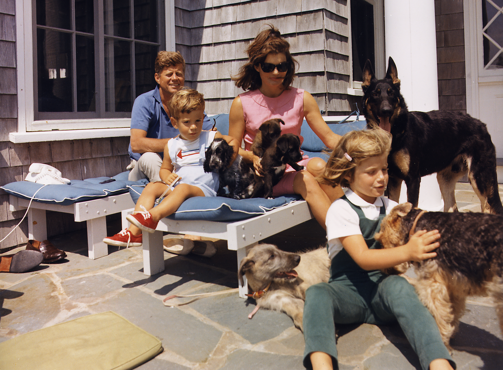 Kennedy_Family_with_Dogs_During_a_Weekend_at_Hyannisport_1963-crop.png