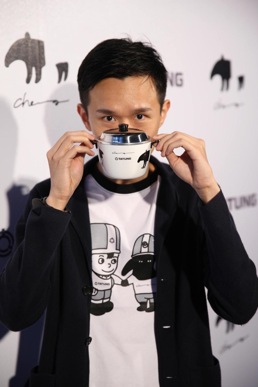 台灣文創插畫家馬來貘Cherng與馬來貘迷你紀念小電鍋.JPG