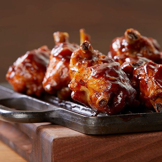 WIngs are perfect for the night out! #brianwetzstein #itmakesmehungry #foodporn #foodphotography #chicagofood #foodgram • • • • • #foodgasm #foodpics #foodlover #foodblogger #foodpic #foodies #eeeeeats #foodblog #f52grams #foodshare #yum #nomnom #feedfeed #wings #chicagofoodauthority #foodspotting #foodforfoodies #igfood #buffalo #dinner #onthetable