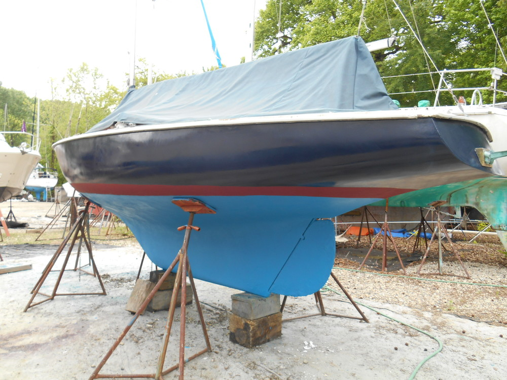 Three days of hard work - scraping, painting  ..ready to go back in the water ... the red deep waterline paint is hard copper for the Chesapeake water which leaves iron stains on the waterline ... new antifouling looks gaudy!