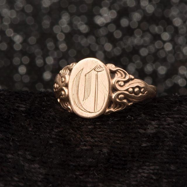 The most enchanting C Signet baby ring freshly listed. Plucked from my personal collection, it has always made me think of mystical underwater creatures or wild fantastical jungle flowers with those flowy art nouveau shoulders 🌊