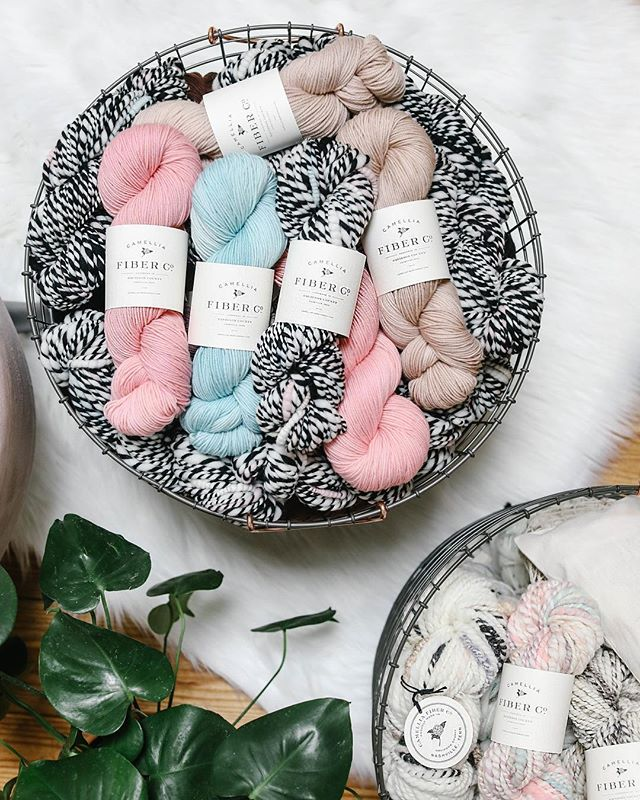 The online shop is freshly stocked with new spring colors! Punchy pink, sky blue, and the softest rosy beige. Also, the black and white art yarn from a few posts back...it's called MAYPOLE and it's only available in limited quantities! Happy spring friends!!! 🌺🌤👒!