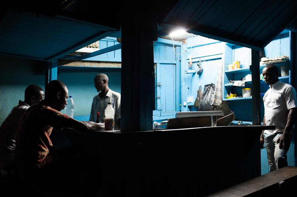 Kiosque du petit marché aux136 logements, un quartier populaire d'Abidjan.Janvier 2013.  © Camille Millerand