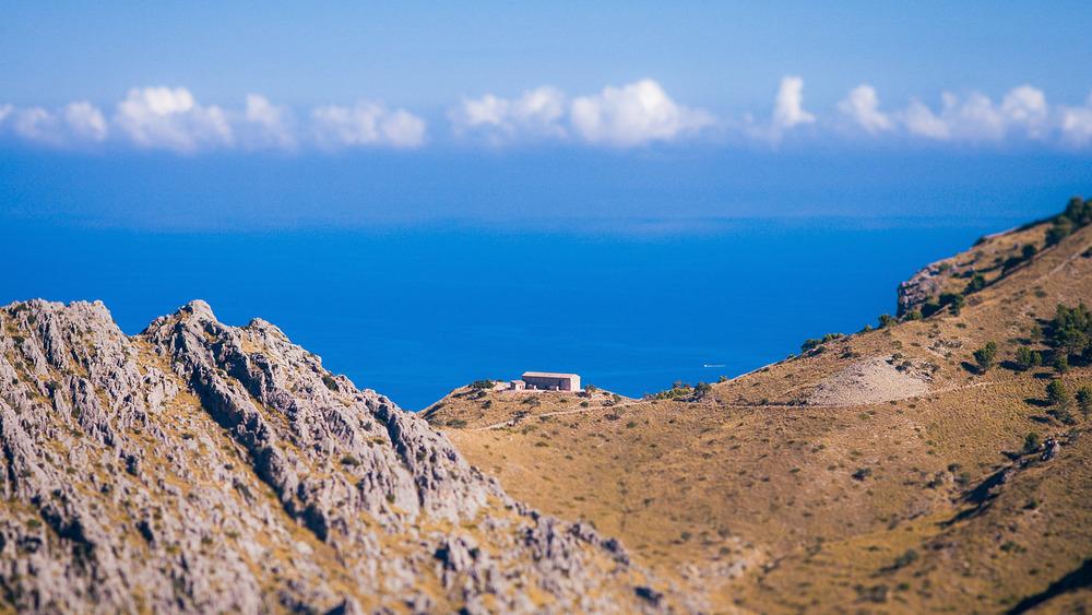 Das einsame Haus auf der Bergkante