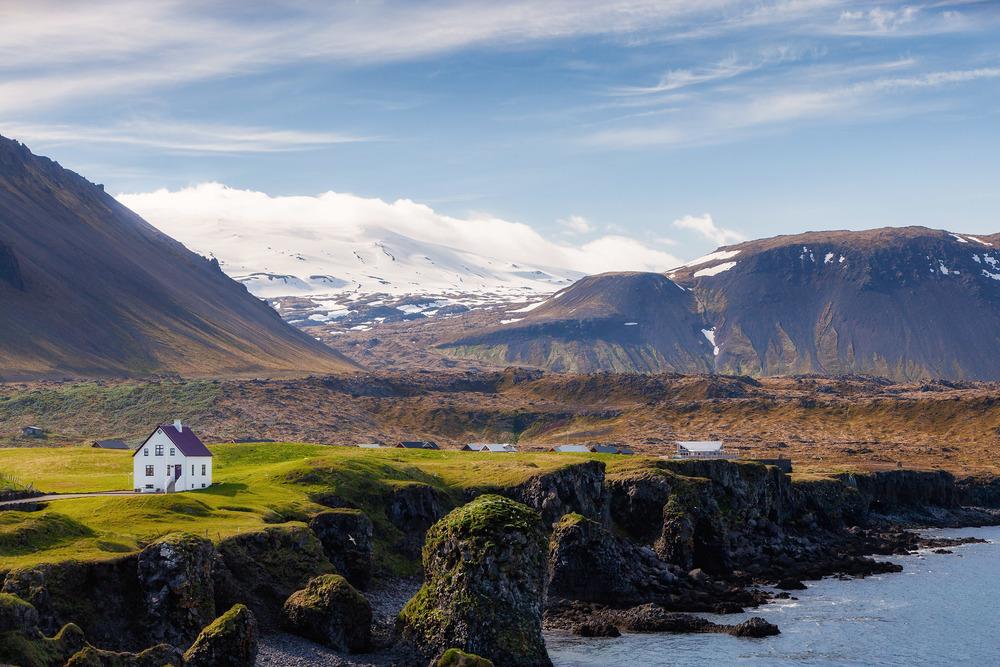 Haus an Islands rauhen Küsten