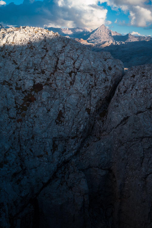 Der Fels gibt den Blick frei auf tolle Aussichten
