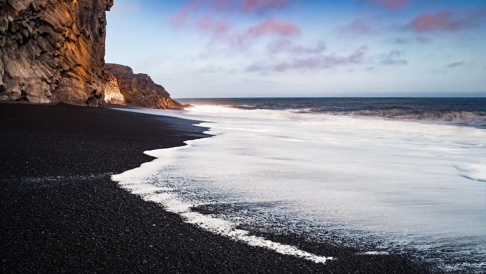 Kontraste am Lava Strand von Vik