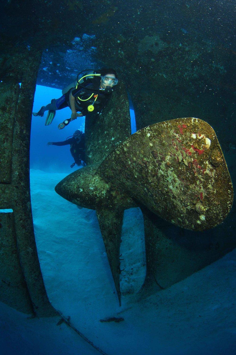 Exploring the Kittiwake wreck (Grand Cayman)