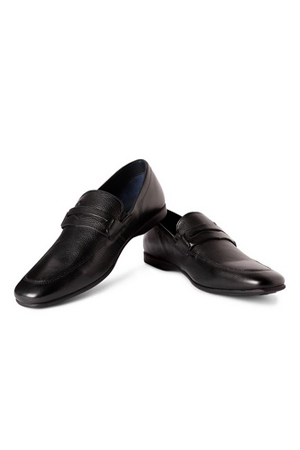 When lace-ups is just not your thing, this Black leather loafers is all you need to nail the meetings.