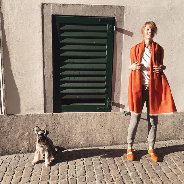 #casualfriday #look wrap yourself in a #beautiful large #casmere #merinowool blend #scarves by #Swiss #designer @delruby available in our #boutique in #zürich and in our #onlineboutique 🦁