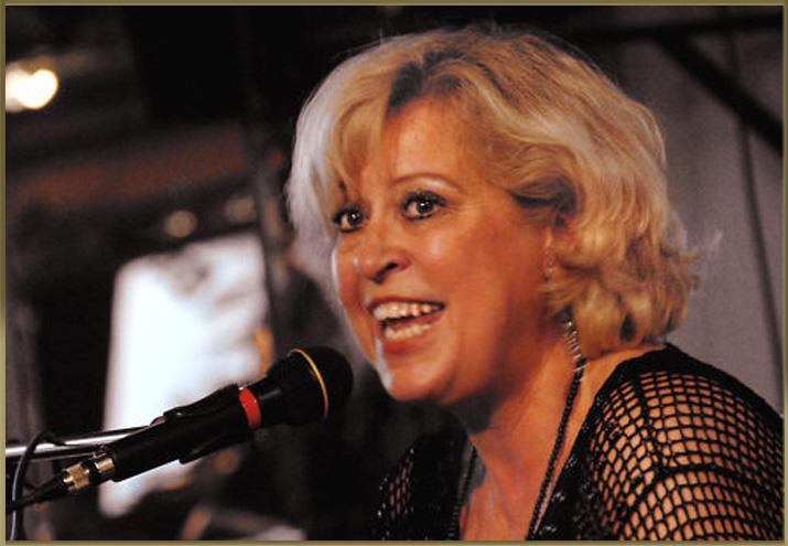 Op  zondag 24 februari  van 17.00 tot 20.00 ben je weer van harte welkom bij Jazz op Zondag! Dit keer met   Diana Burta ,  verwacht een prachtige warme stem die je meeneemt in zacht swingende jazz nummers op piano, ze wordt begeleid door  Thomas Andersen op de bas en Menno Veenendaal op drums.   Diana begon al op zeer jonge leeftijd met muziek. Toen ze 12 was, luisterde ze al naar de beroemde jazz zangeressen Peggy Lee, Sarah Vaughn en Ella Fitzgerald, terwijl ze droomde van een carrière als zangeres zelf.  Ze werd geïnspireerd door haar vader Joop Beerta, die een succesvolle componist en zanger / gitarist was. Haar wens kwam eerder dan verwacht toen ze op 15-jarige leeftijd werd gevraagd om op te treden met een groot orkest op een feest in haar vaders restaurant. Na op tv en radio te hebben gespeeld, speelde Diana op nationale en internationale jazzfestivals - eerst als zangeres met een bigband, later als zangeres / pianiste met een combo.  Kom luisteren, borrelen en genieten!