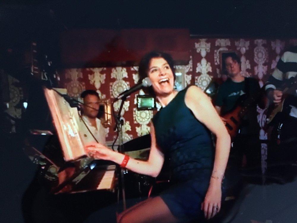 Zondag 24 maart met    Ruth Geerse.   Ruth komt voor het eerst met haar band tijdens Jazz op Zondag. Kenmerkend voor Ruths stijl is haar veelzijdigheid en de manier waarop ze alle stijlen en genres die ze in huis heeft met elkaar vermengt. Ruth zingt net zo gemakkelijk een jazzballad als funknummer als een standaard popsong als swingnummer waarbij zij de soul van het nummer nooit verliest.  Naast de lessen van Gerrie van der Klei (jazz), Simone Roerade (pop) en Harjo Pasveer (zangtechniek) volgde zij masterclasses bij Selma Susanna (interpretatie) en Trijntje Oosterhuis (pop). Als freelance zangeres werkte zij samen met drummer Gus Genser (Herman Brood) en gitarist Arnold Smits (Gotcha).