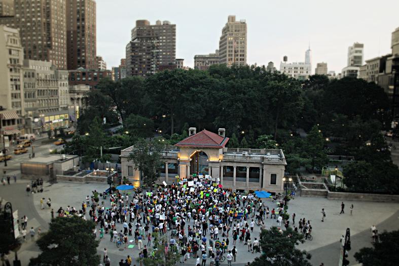 Imagem conseguida por Karol Agante ao usar a janela de uma livraria na Union Square para fotografar o início do encontro dos manifestantes.