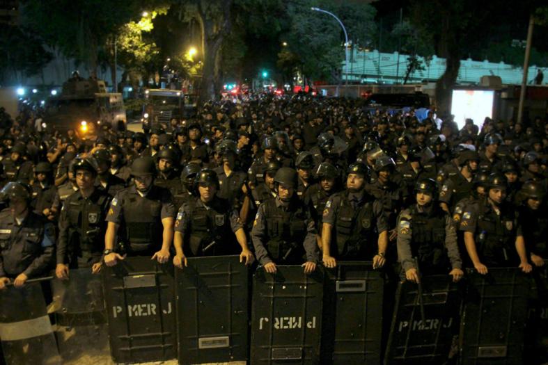 Formação da Polícia Militar do Rio de Janeiro frente aos protestos.