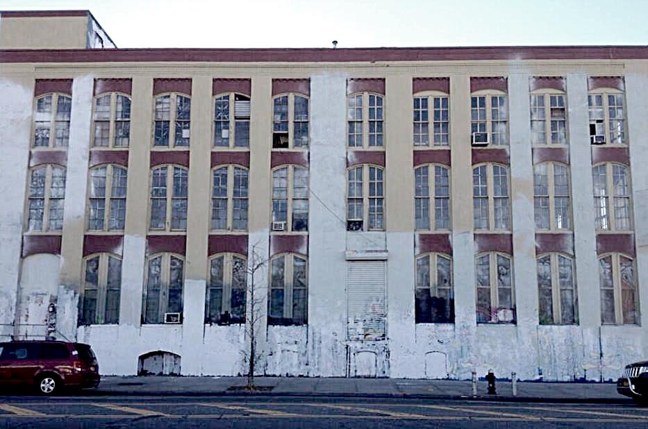 """Foto tirada esta manhã da fachada frontal do prédio do 5 Pointz, disponível agora na fan page oficial do movimento """"Save 5 Pointz""""."""