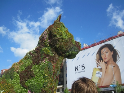 It's a giant puppy bush staring at Giselle outside the Guggenheim. Makes total sense.