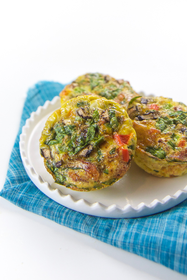 Toddler breakfast egg cups recipe for your little veggie lover with mushrooms, spinach, peppers, and bacon. A filling and nutritious breakfast for your toddler that is perfect for on-the-go eating. This is a healthy nutritious breakfast that will please even the pickiest eater. #toddler #fingerfood #breakfast #babyledweaning