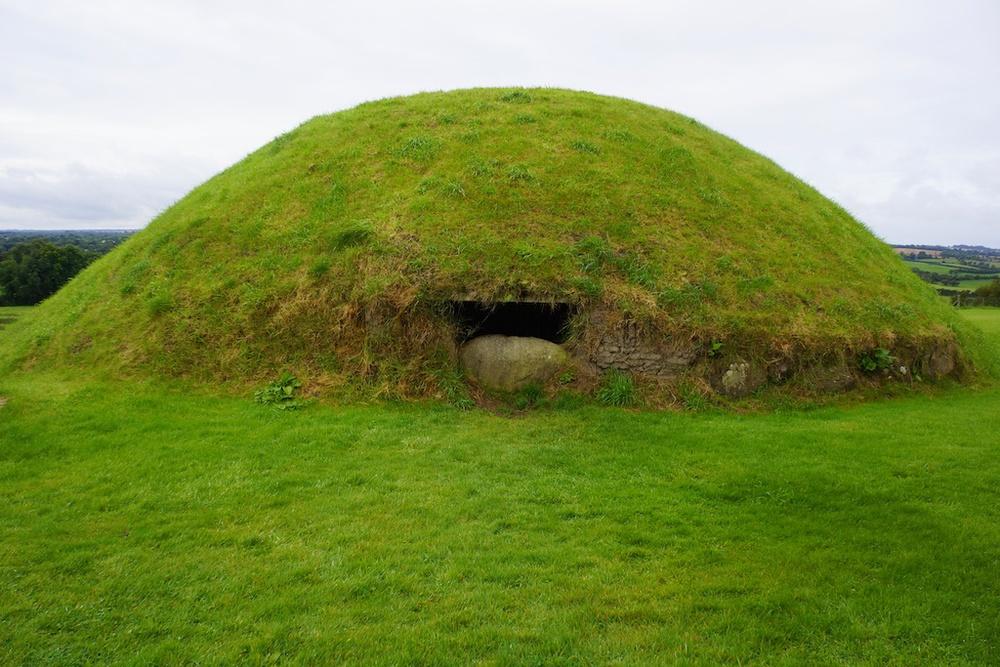 knowth mound.jpg