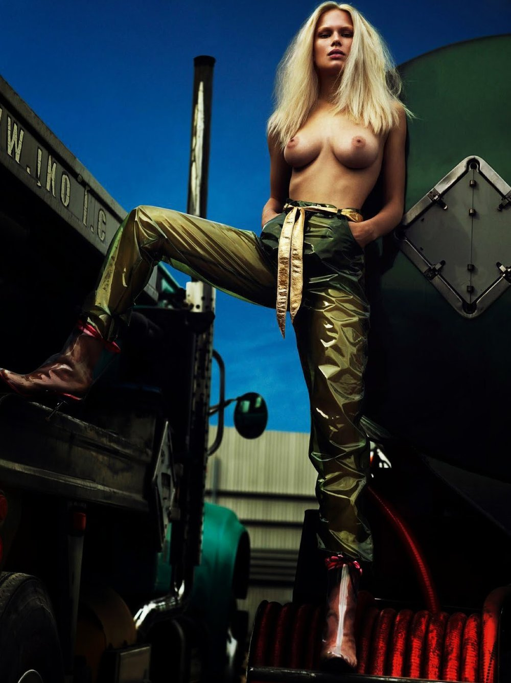 anna-ewers-by-mert-alas-marcus-piggott-for-vogue-paris-august-2014-6.jpg