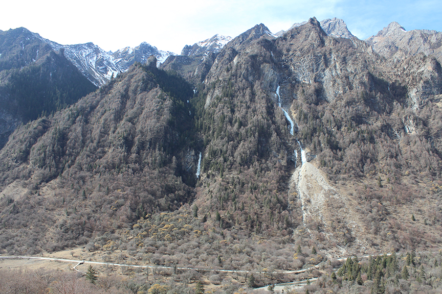 The typical ice climbing environment in Shuangqiaogou: bone-dry with no snow. Just rock and ice.