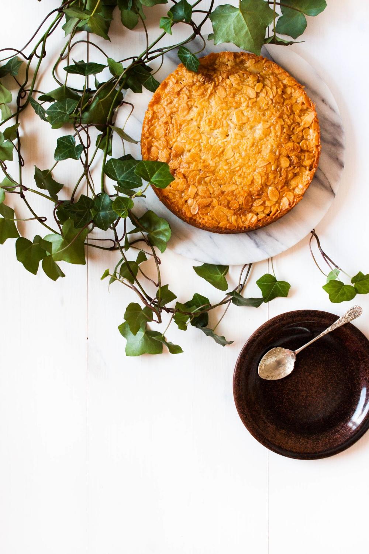 Toscakaka − Nordic Caramel Almond Cake | my blue&white kitchen