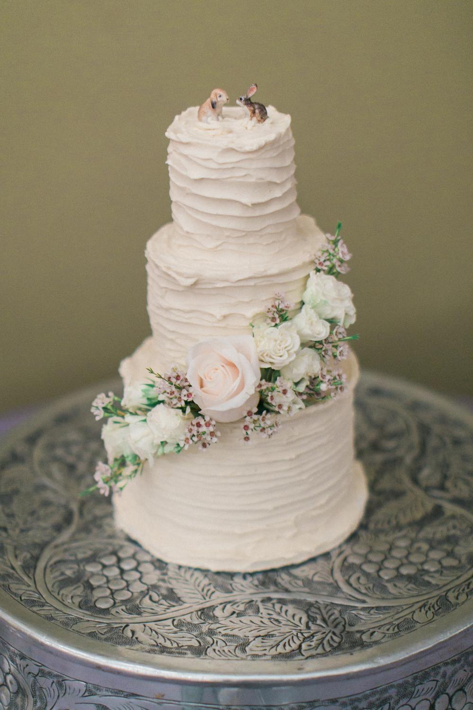 Fresh flowers for the cake // Nashville Wedding Florist