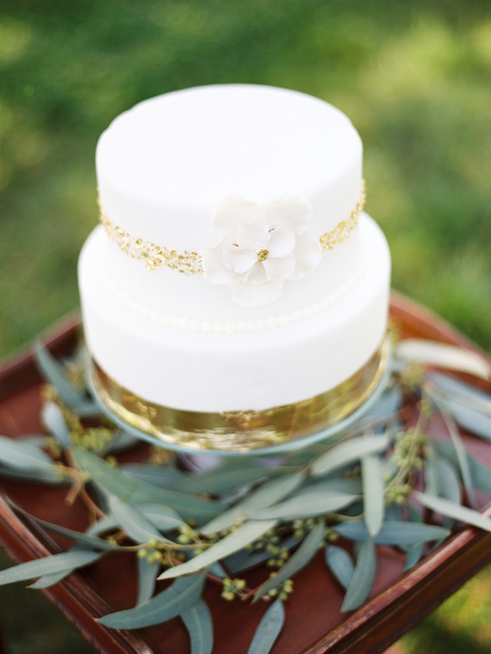 gold-white-wedding-cake