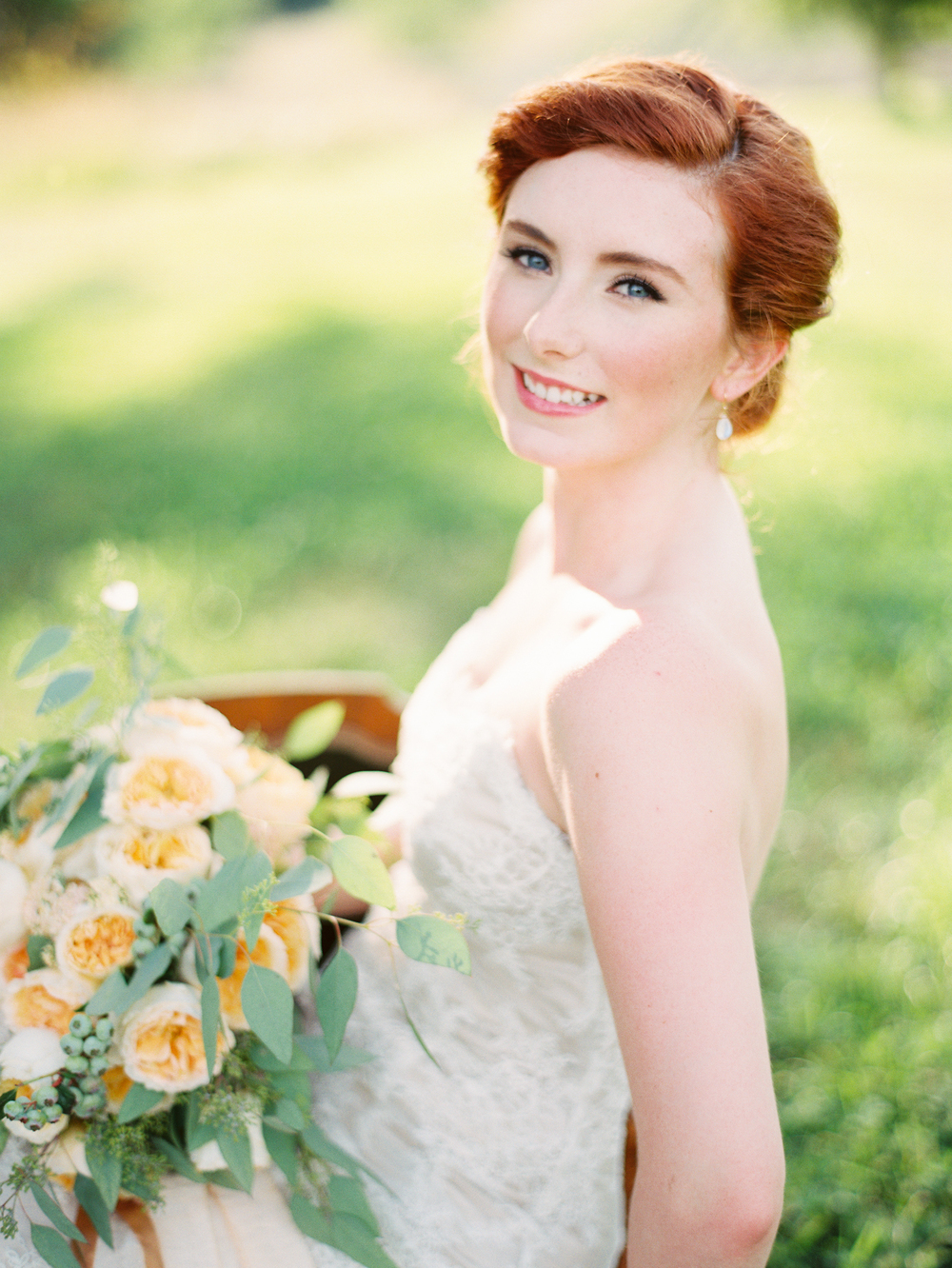 blueberry-wedding-bouquet-redhead-bride