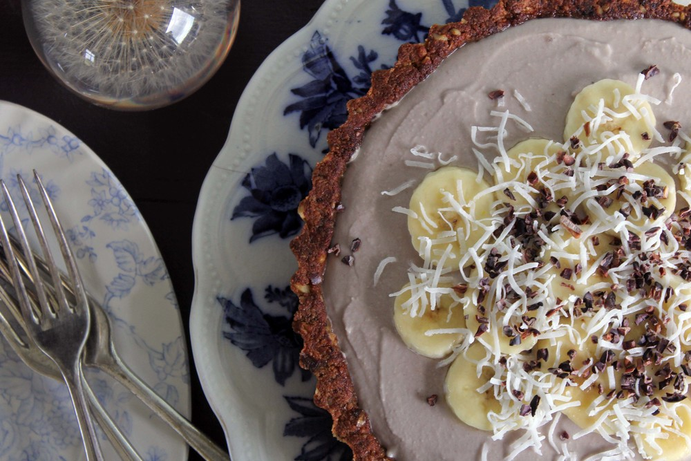 Banana coconutpie w/ walnut, date & sea salt crust (vegan & GF)