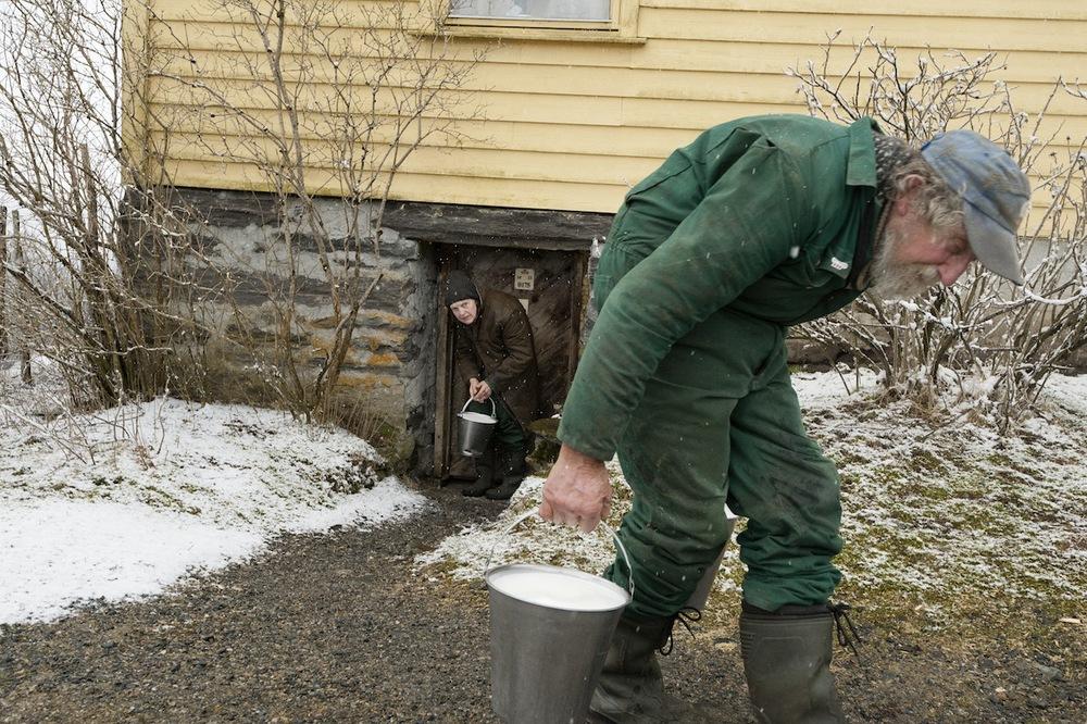 SØSKEN TIL EVIG TID_Med melkespann    Last ned BILDE