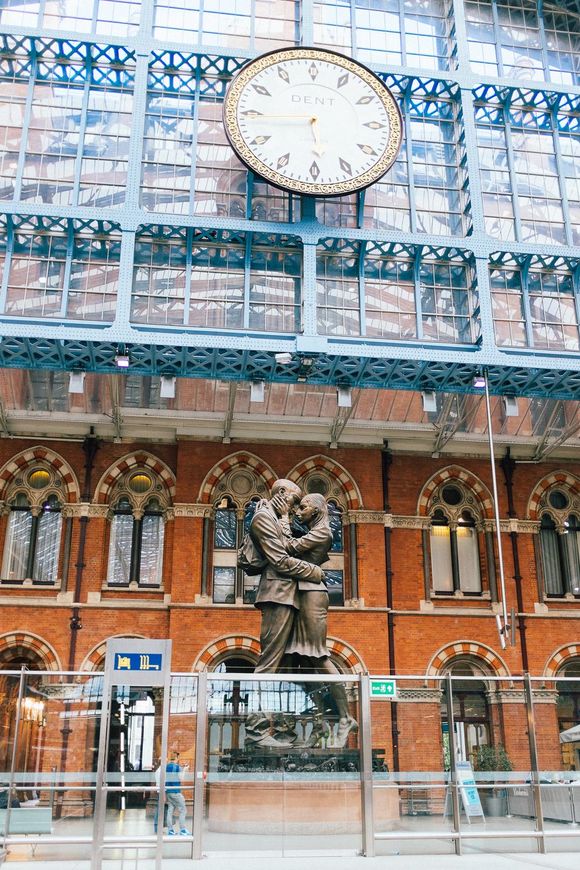 kissing couple at at pancras
