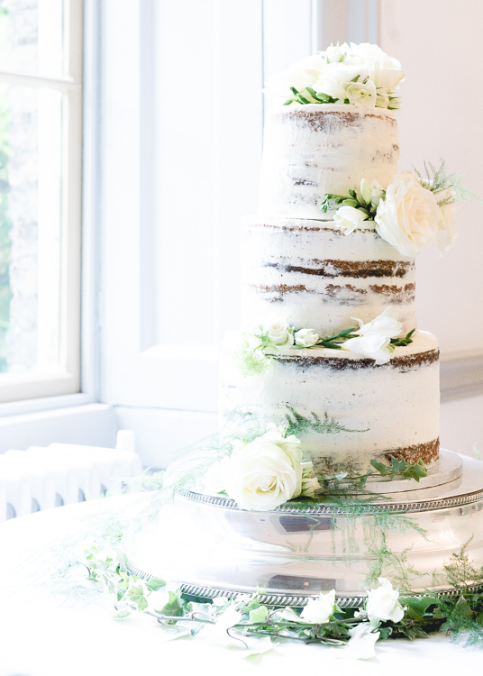 The delicious looking wedding cake with our flowers
