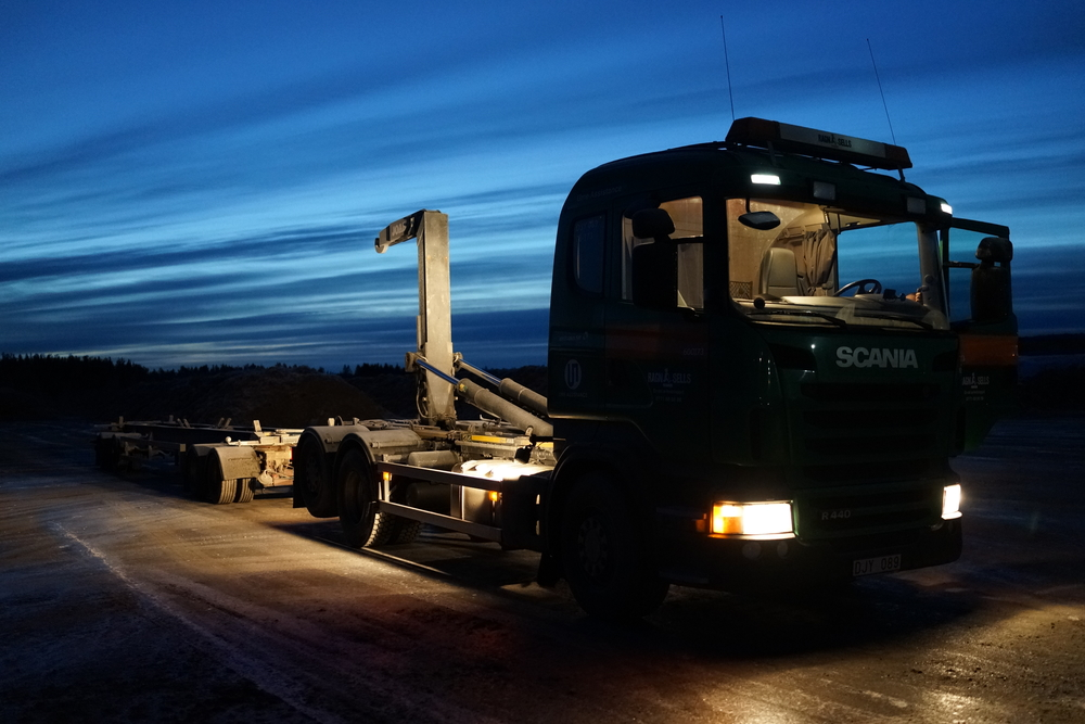 The Scania truck and its trailer at 6 o'clock in the morning.