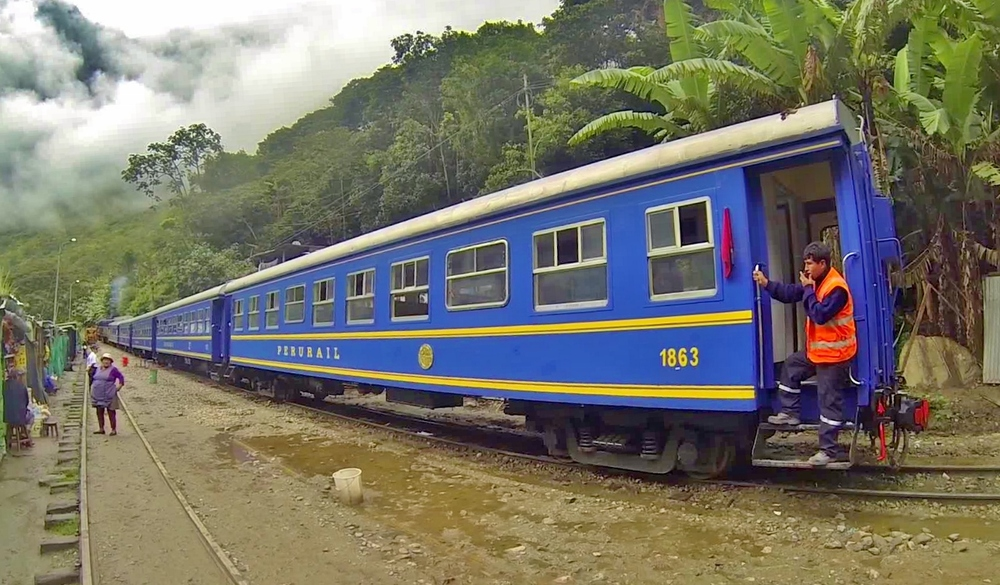 The Peru Rail takes off from Hidroeléctrica for Machu Picchu