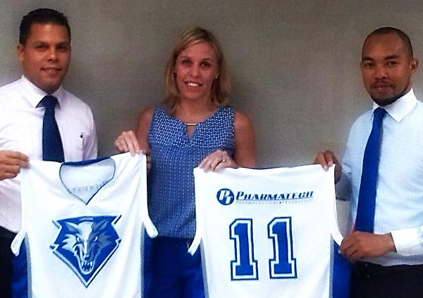 Ejecutivos de Pharmatech encabezados por su Gerente General, Stephanie Wheeler entregan uniformes al equipo Los Colegas. Te invitamos a ver el albúm de fotos completo en  Facebook Pharmatech Dominicana .