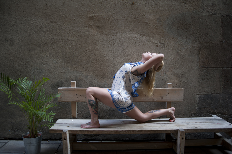 Pose: Anjaneyasana, variation - Model: Tiina Ravelin