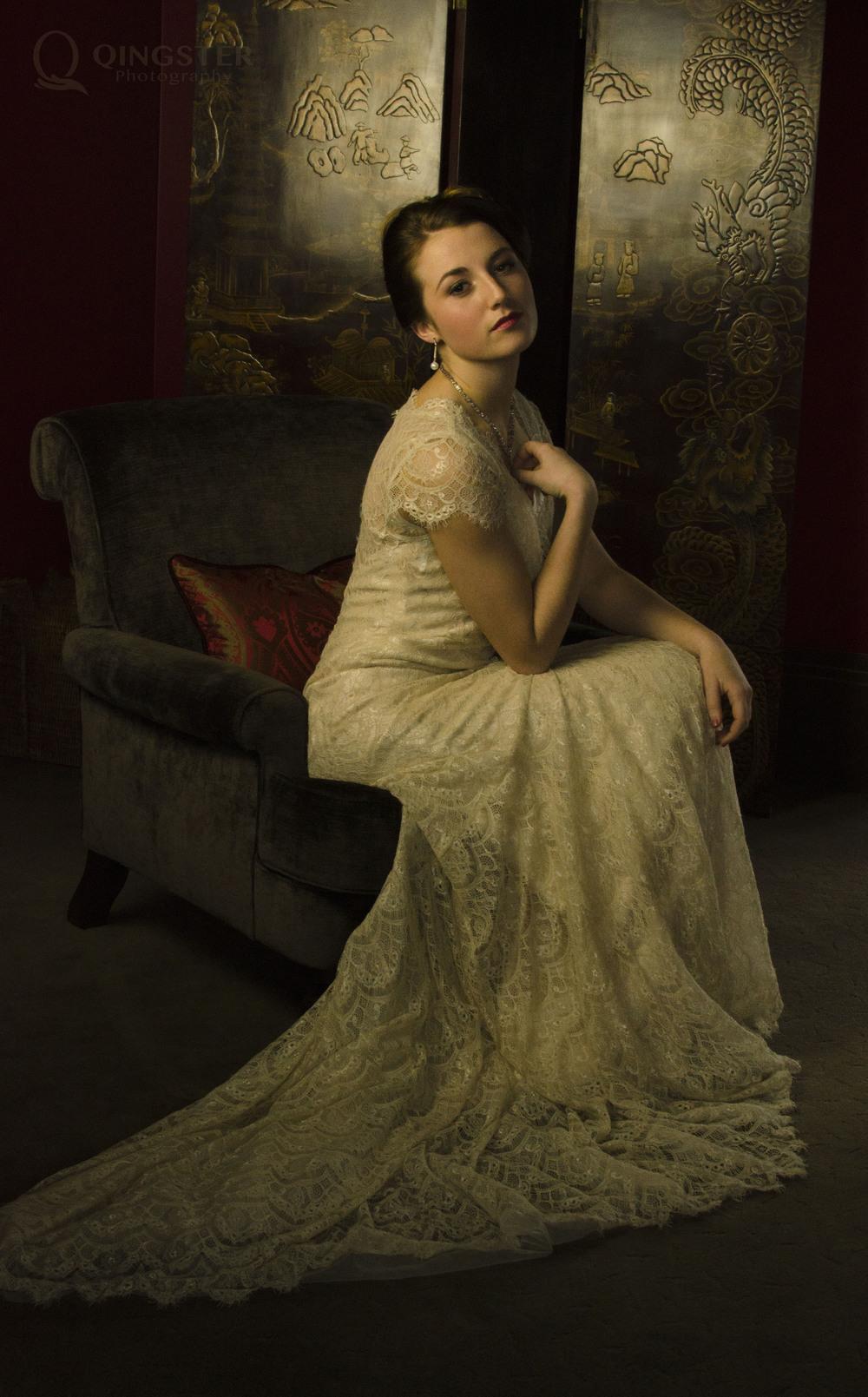 她刚从   Edwardian   的紧身胸衣中解放出来    头发还些许保留了旧日时光的格调    连同落寞贵族的一点郁郁寡欢。。。