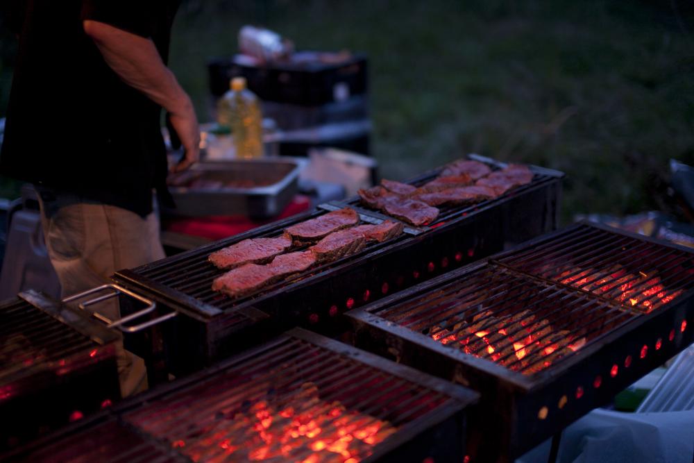 Foto: Melanie Samat. Wild Vleesch verzorgde de bief fumée tijdens de 'vleesgang'.